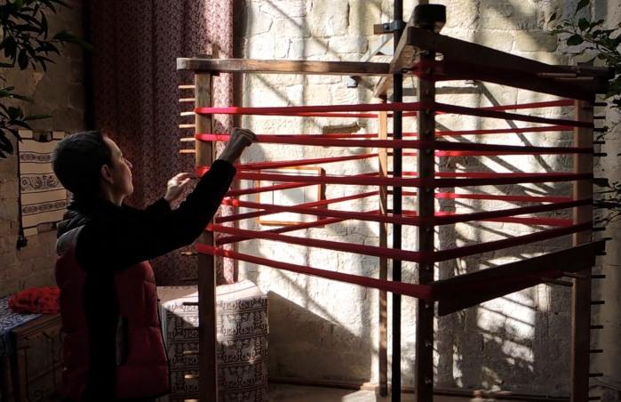 Marta demonstrating the orditoio.