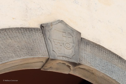 The coat of arms combines that of the Frescobaldi family on the left and the Albizi family on the right.